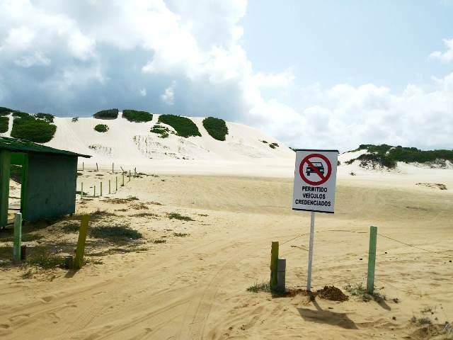 Resultado de imagem para Detran instala placas de proibição ao tráfego de veículos nas praias